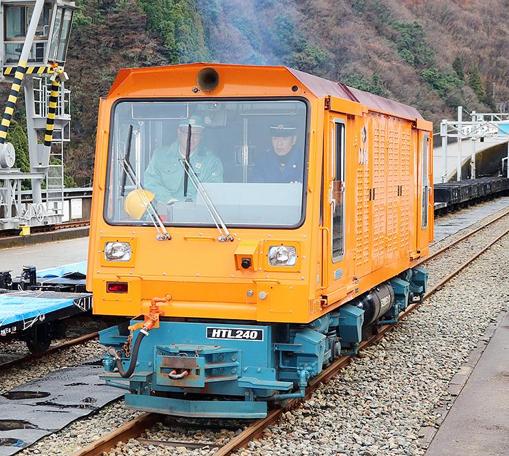 西村さんが運転するディーゼル機関車=黒部峡谷鉄道宇奈月駅