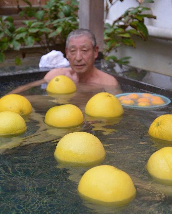 晩白柚を浮かべた露天風呂