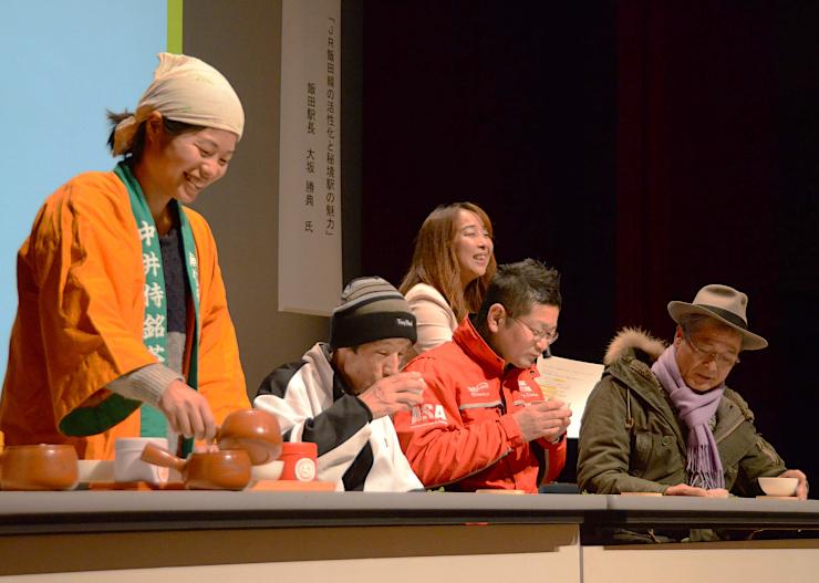 飯田線中井侍駅周辺で栽培された緑茶を飲み比べる来場者ら=22日、飯田市