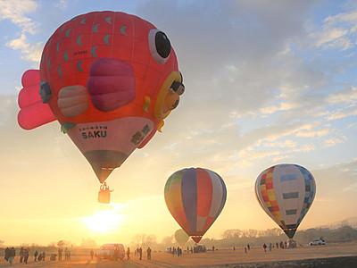 佐久の空からサンタ 気球で子どもにプレゼント