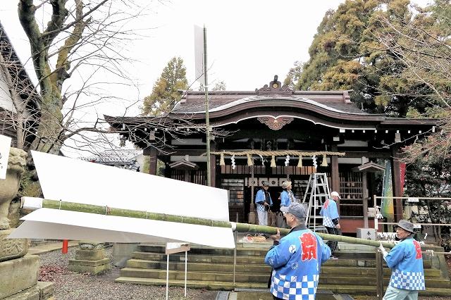 大破魔矢を設置する氏子総代有志=12月23日、福井県福井市の湊八幡神社