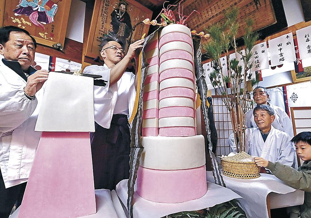 藩政期の風習を伝える鏡餅=金沢市天神町1丁目の田井菅原神社