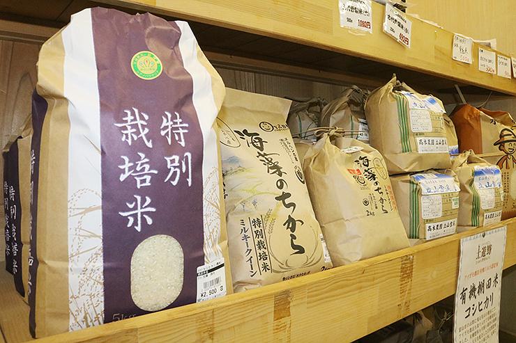 農産物直売所の特別栽培米のコーナー=富山市内
