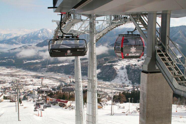 新鋭のリフトが導入された石打丸山スキー場=21日、南魚沼市石打