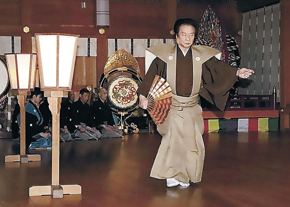 能を奉納する会員=白山市の白山比咩神社