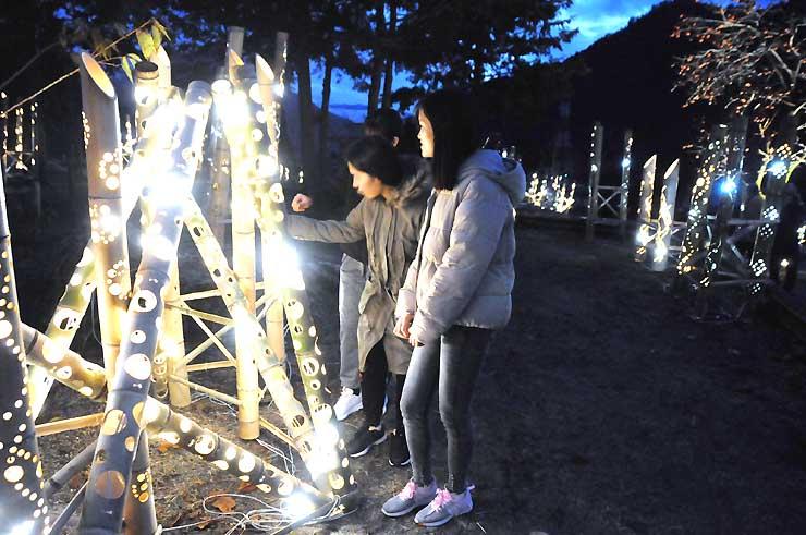 約300本の竹灯籠が並ぶマレットゴルフ場