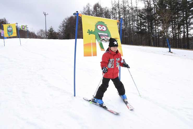新設されたスノーアスレチックで遊ぶ小学生