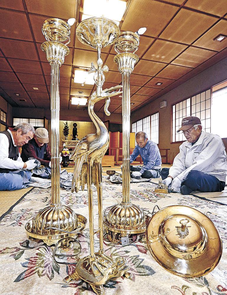 仏具を磨く世話方=金沢市安江町の真宗大谷派金沢別院