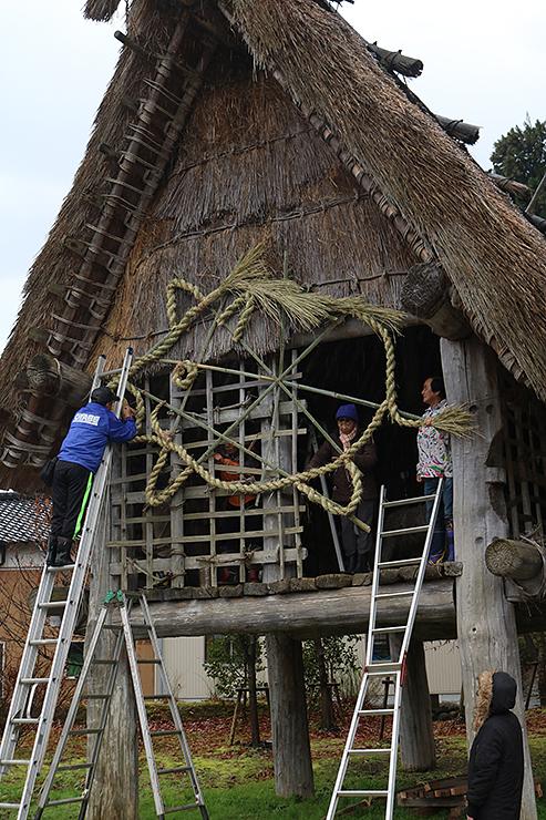 イノシシをかたどったしめ縄を飾った高床建物=小矢部市の桜町JOMONパーク