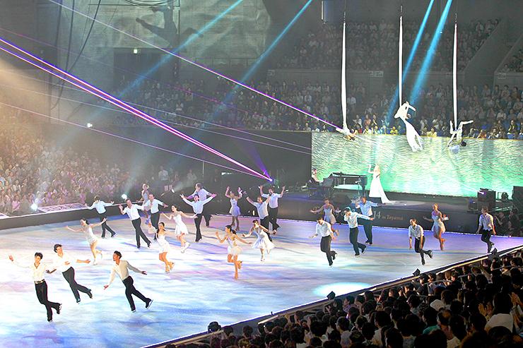 前回の「ファンタジー・オン・アイス」のフィナーレで、観客を沸かせる出演者=2014年7月、富山市総合体育館