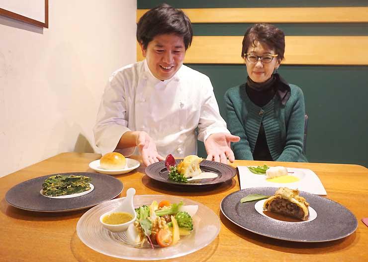 友森さん(左)が再現した映画内の料理