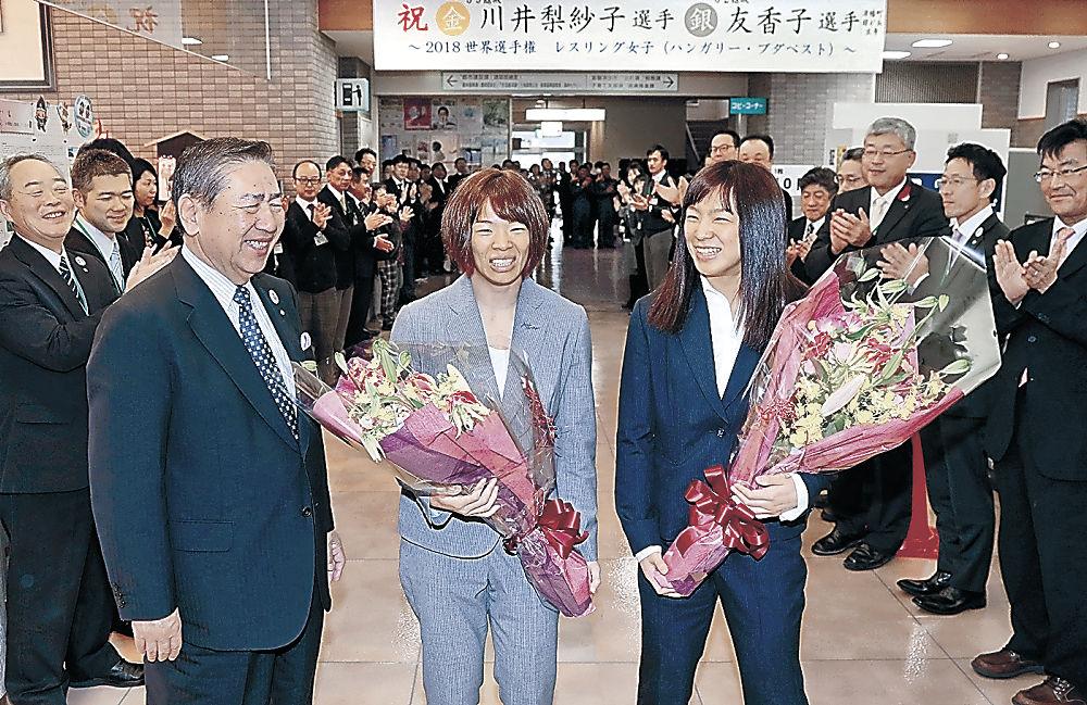 矢田町長らの歓迎を受ける川井梨紗子(中央)、友香子(右)の両選手=津幡町役場