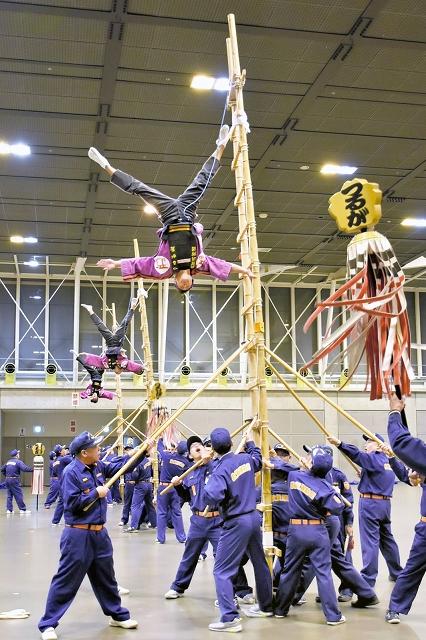 本番に向け練習に励む「つるが鳶」の隊員ら=12月26日夜、福井県敦賀市きらめきみなと館