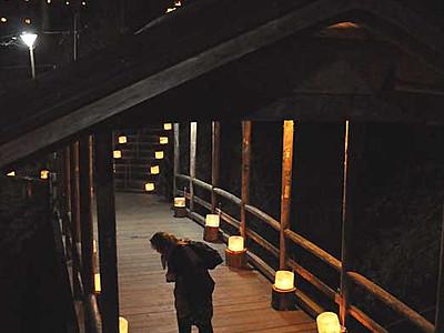 鹿教湯温泉に氷灯籠の回廊 願いを込めて灯りともす