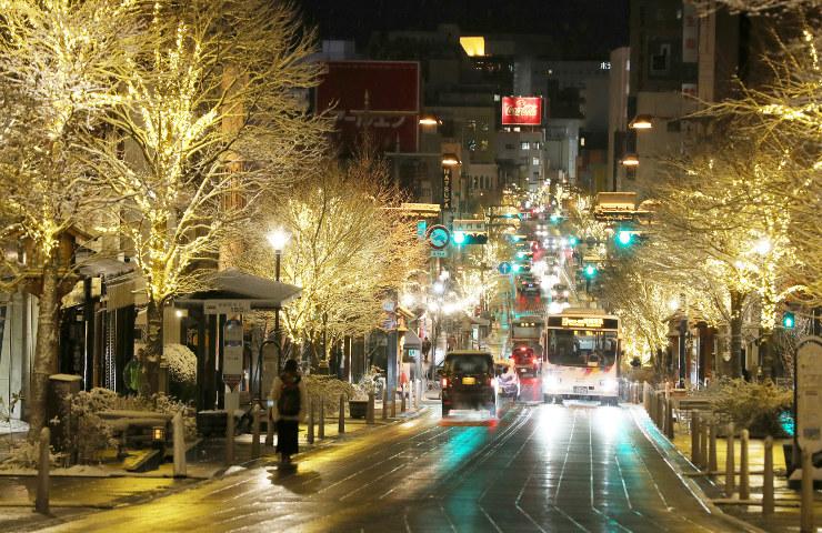 街路樹の電飾が再点灯された長野市中央通り=28日午後5時17分