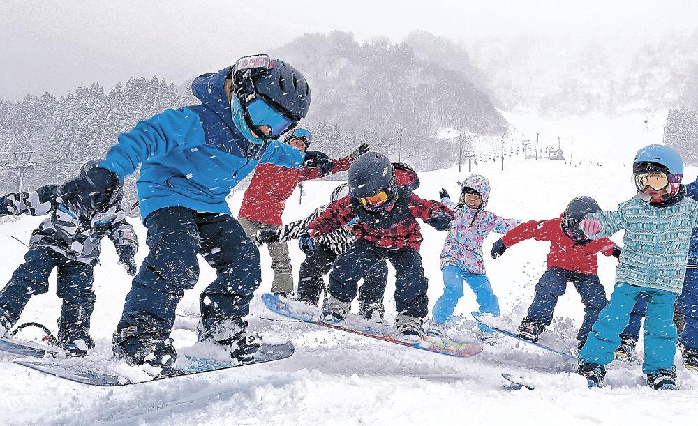 初滑りを楽しむ子どもたち=白山市の白山一里野温泉スキー場