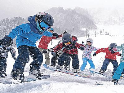 待ってた銀世界、初滑りに歓声 白山・一里野スキー場営業開始