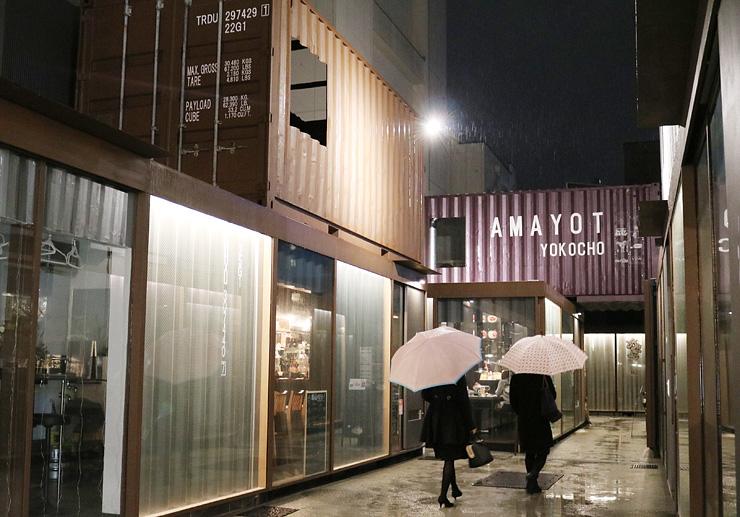 アトムが手掛けた富山市総曲輪3丁目の「AMAYOT横丁」。コンテナを使った店舗で、そのノウハウをホテル建設にも生かす
