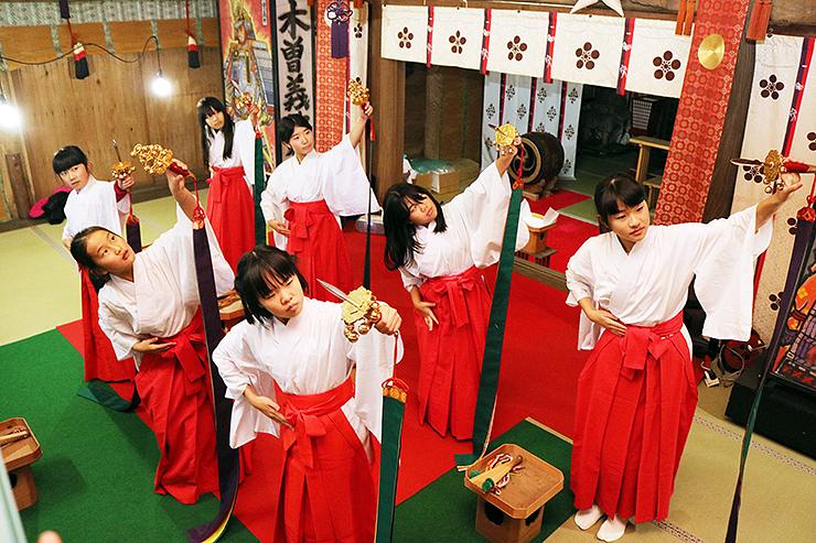 浦安の舞の練習に励む児童