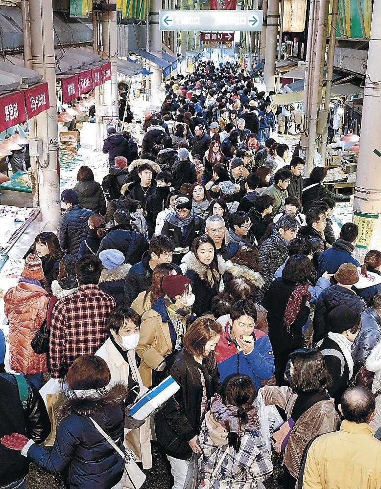 売り場を埋め尽くす買い物客=金沢市の近江町市場