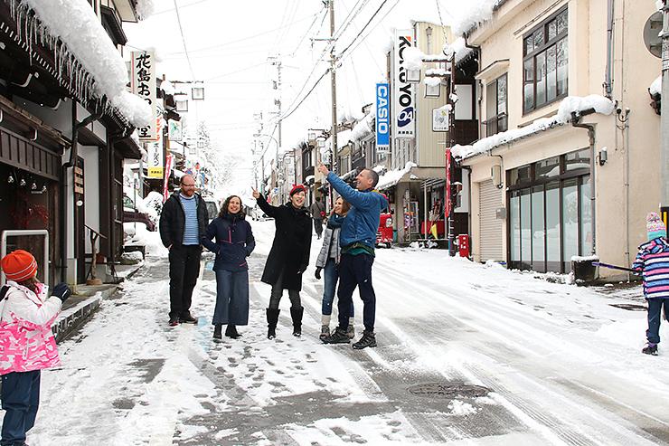 八尾地域中心部を散策する観光客。今春からはカードと地図を組み合わせた取り組みが始まる=富山市八尾町上新町
