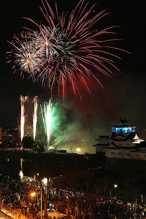 新年の幕開けを華やかに彩るカウントダウン花火=富山城址公園