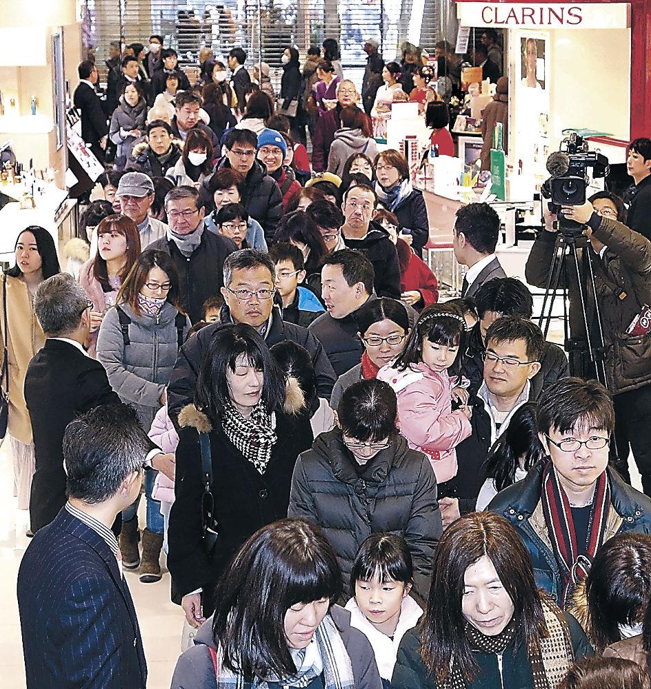 大勢の来店客で混雑する売り場=金沢市の香林坊大和