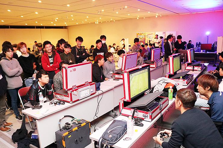 県内外から大勢の人が参加したeスポーツのイベント=2018年12月、魚津市内