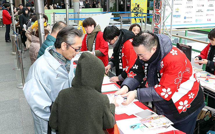 「大相撲富山場所」の前売り券を買い求める人たち=グランドプラザ