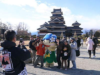 松本城で決意新たに 三が日無料開放