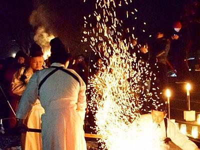 真っ赤な火の粉舞い上げ初打ち 越前打刃物、福井県越前市