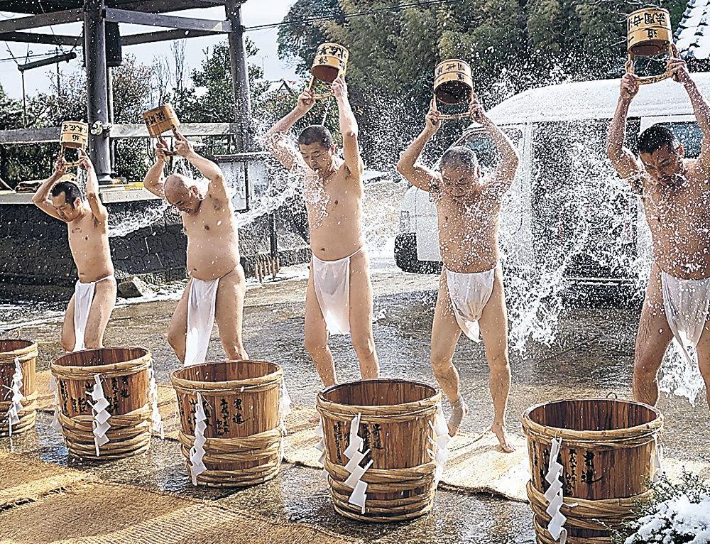 冷水を浴び、1年の無事を祈る僧侶=七尾市小島町の長壽寺