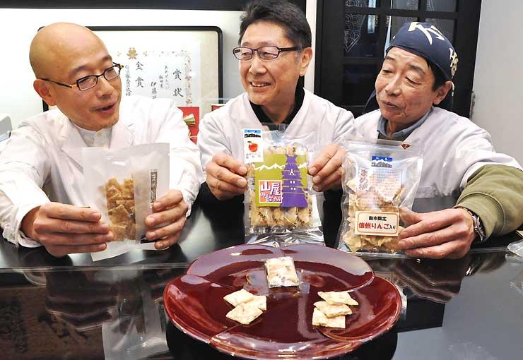 共同開発した信州産リンゴ入りのあめを持つ(左から)伊藤さん、太田さん、田中さん