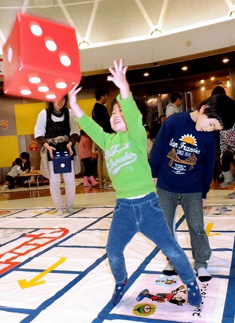 すごろくを楽しむ子ども=1月3日、福井県坂井市の県児童科学館