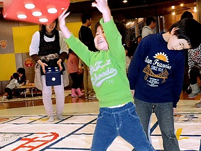 すごろくやこま、昔の遊びに歓声 県児童科学館で体験催し