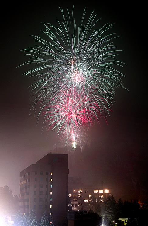 冬の温泉街を彩った大輪の花火=黒部市宇奈月温泉のサン柳亭屋上から撮影(多重露光)
