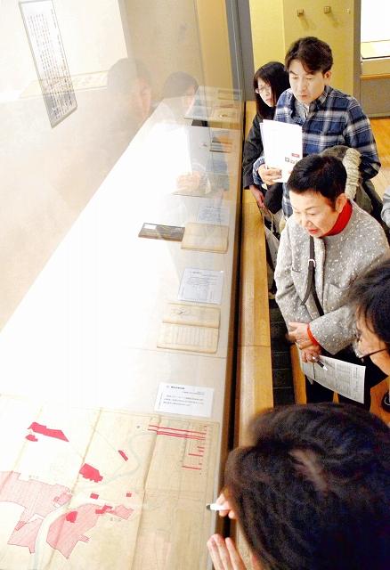 旧福井市立図書館の資料など30点が並ぶ企画展=1月5日、福井県福井市立郷土歴史博物館