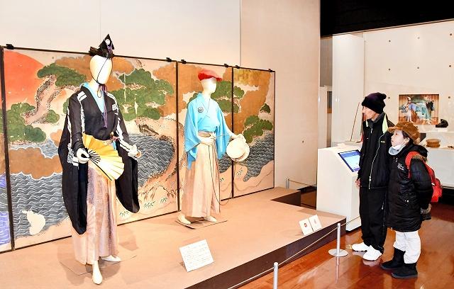 越前万歳の衣装や資料が並ぶ会場=福井県福井市の県立歴史博物館