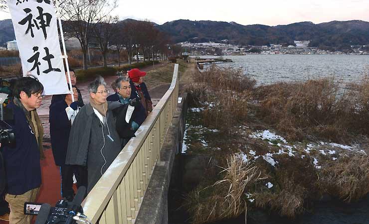 小寒の朝、諏訪湖の観察を始めた宮坂宮司(右から3人目)と八剣神社の氏子総代ら=6日、諏訪市渋崎