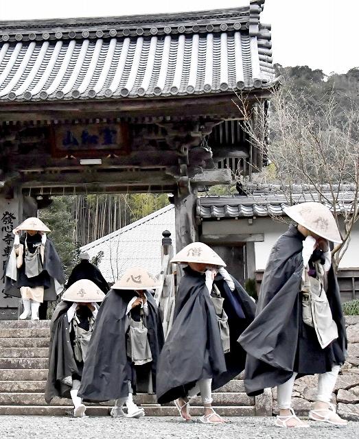 寒行托鉢へ向け、発心寺の山門を出発する雲水たち=1月6日午前8時15分ごろ、福井県小浜市伏原の発心寺