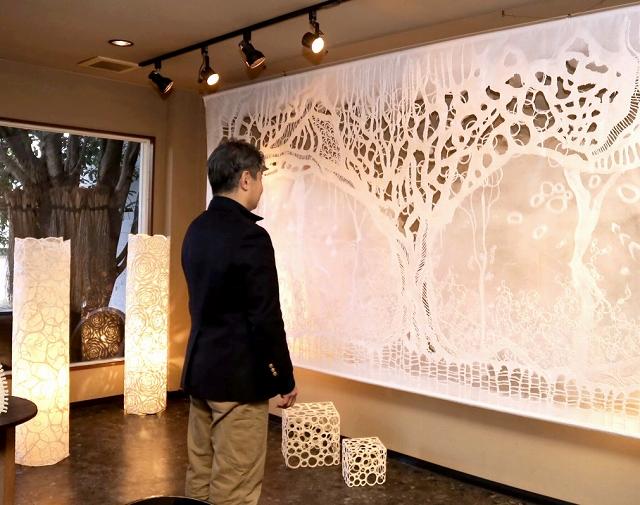ふすま紙の技法を駆使した作品が並ぶ長田さんの個展=1月3日、福井県福井市松本1丁目のギャラリーサライ