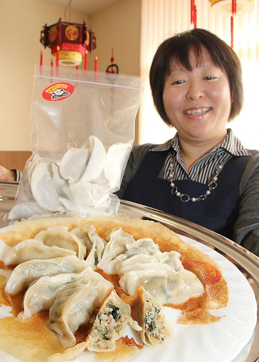 県産食材を使ったギョーザを焼いて披露する前田さん