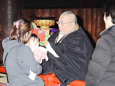 善光寺、正月恒例「御印文頂戴」 参拝者が無病息災祈る