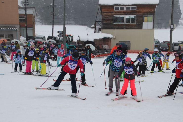 スキー教室で練習に励む子どもたち=5日、魚沼市七日市新田