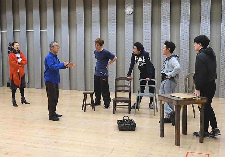 公開稽古で出演者に指導する串田さん(左から2人目)