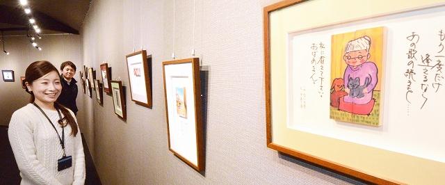 「日本一短い手紙」と「かまぼこ板の絵」が並ぶコラボ展=1月8日、福井県坂井市一筆啓上日本一短い手紙の館