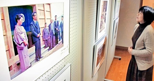 水野氏の調査研究で節目となったお祝いごとを紹介する写真展=1月8日、福井県越前町の越前古窯博物館
