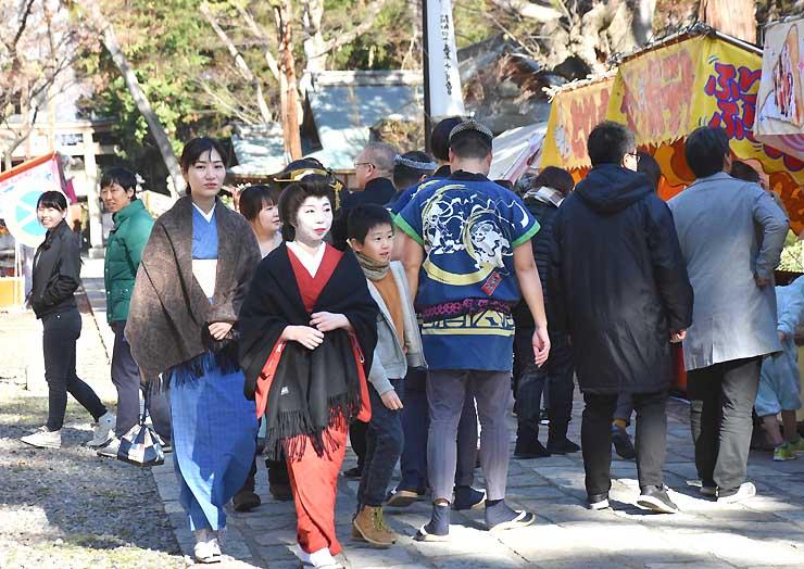 武水別神社で行われた「透子のセカイ」の撮影=昨年12月