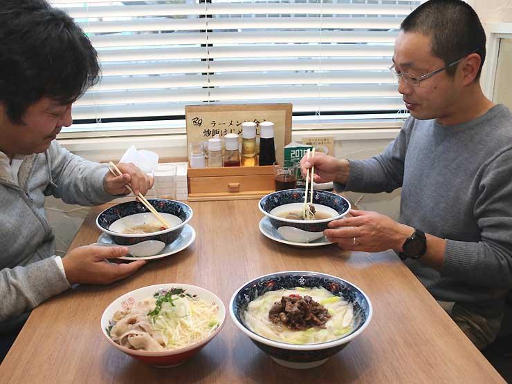ラーメンを試食する松本市本町商店街振興組合の担当者ら