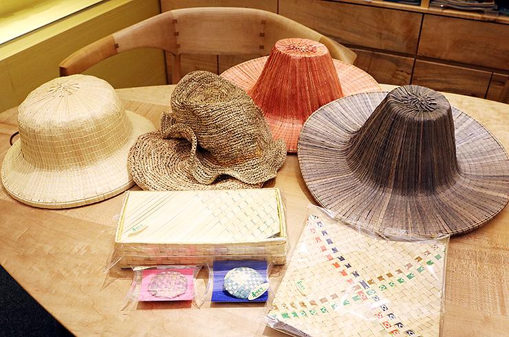 女性向けにデザインされた菅笠の帽子やブローチなどの新商品